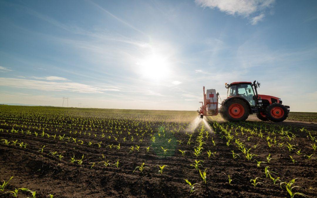 trator agrícola em uma plantação