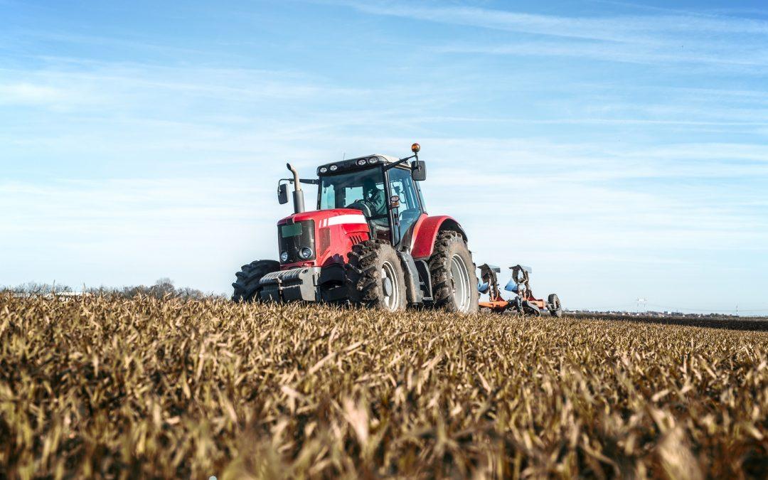 Tratores agrícolas: conheça os principais tipos e benefícios